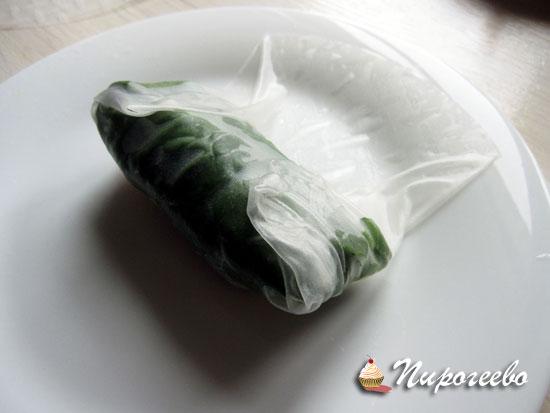 Закручиваем в рисовую бумагу мясо и овощи
