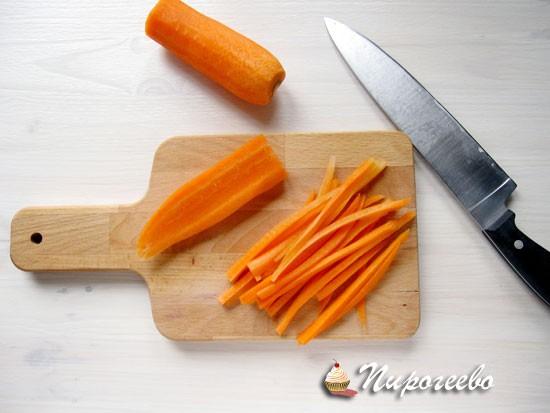 Морковь шинкуем тонкой соломкой