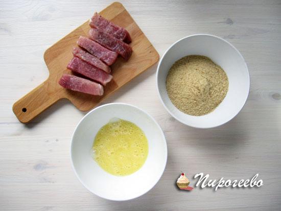 Мясо посолить и поперчить по вкусу