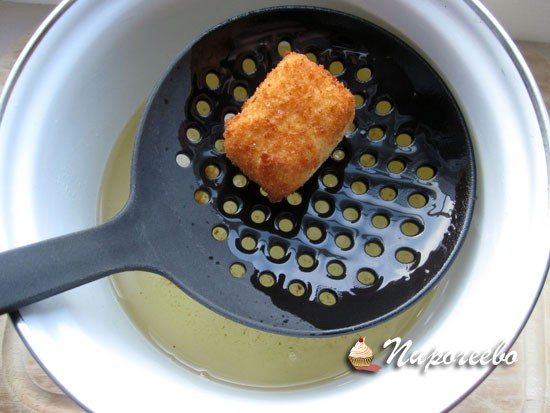 Обжариваем сыр в большом количестве масла