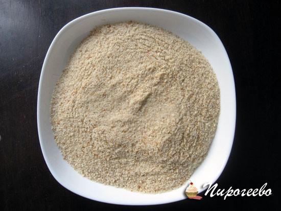 Для приготовления панировочных сухарей можно использовать домашний батон