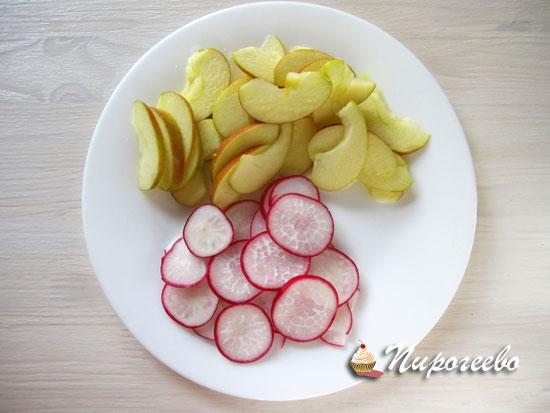 Салат из яблок и редиса к свинине