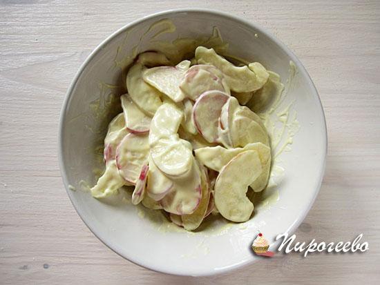 Нарезаем яблоки и смешиваем с соусом