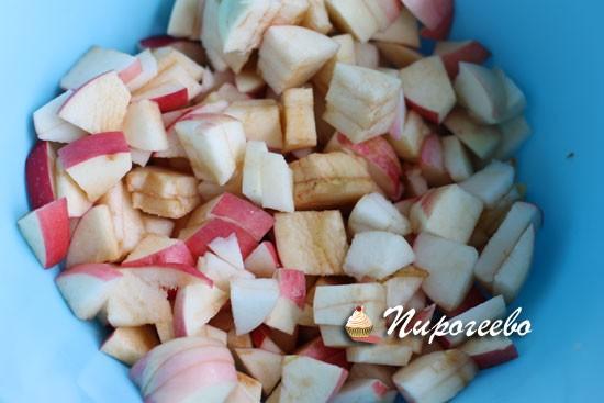 Нарезать яблоки маленькими кусочками для шарлотки