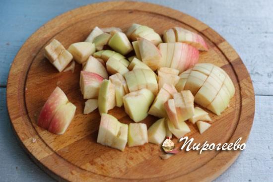 Яблоки для начинки нарезать мелкими кусочками