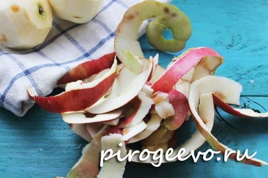 Очистить яблоки от кожуры, из них можно заварить яблочный чай