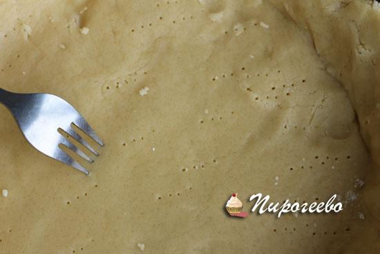 Прокалываем тесто с помощью вилки