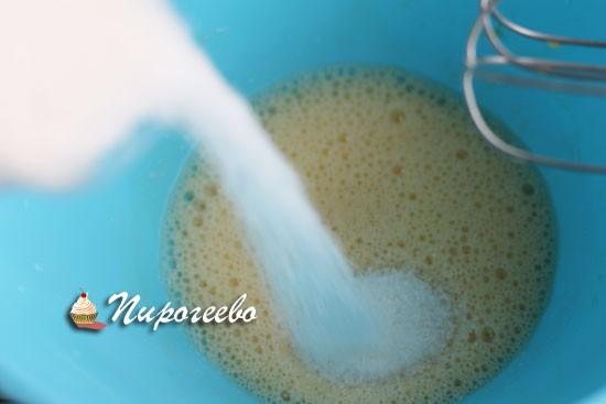 Тонкой струйкой добавляем сахар во время взбивания
