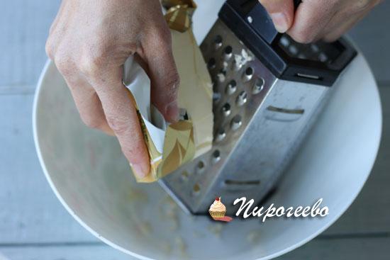 Натираем сливочное масло на терке