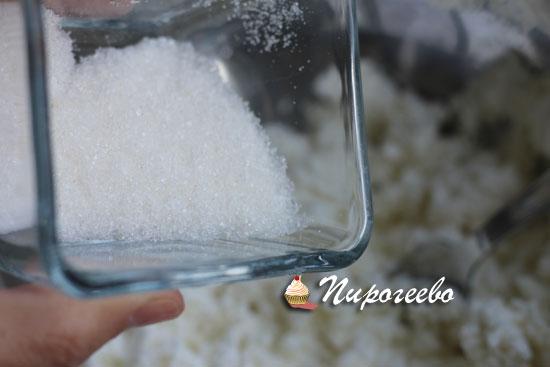 Сахарный песок добавляем в тесто