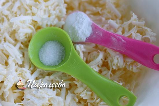 Добавляем соль и разрыхлитель в натертое масло