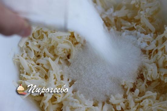Добавляем сахарный песок и перемешиваем масляную крошку