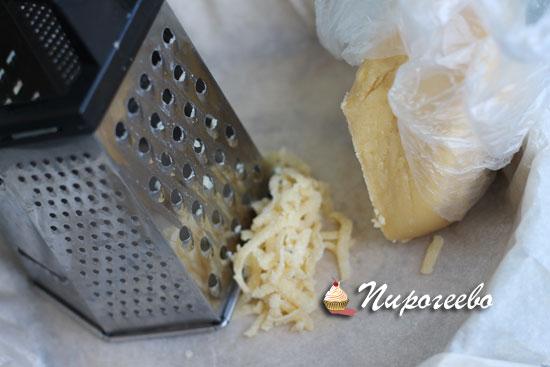 Натираем тесто на средней терке