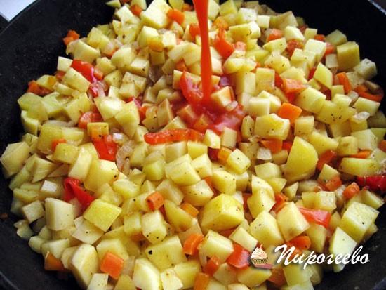 Добавляем в овощи томатный сок и продолжаем готовить