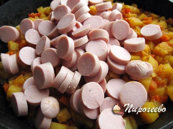 Добавляем сосиски в сковороду и перемешиваем