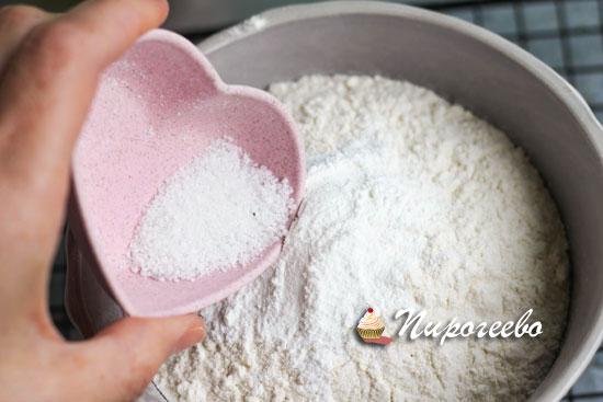 Добавляем соль в сыпучие ингредиенты