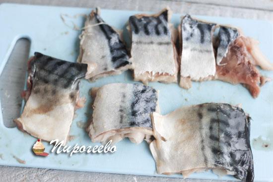 Рыбу нарезаем на кусочки