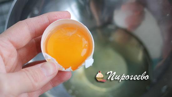 Разделяем яйца на белки и желтки