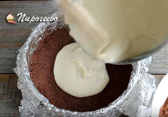Выливаем часть начинки на шоколадную крошку