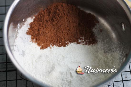 Смешиваем в сотейнике сахар, порошок какао и крахмал