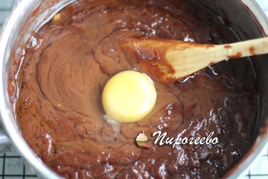 Разбиваем яйцо в смесь, когда она остынет