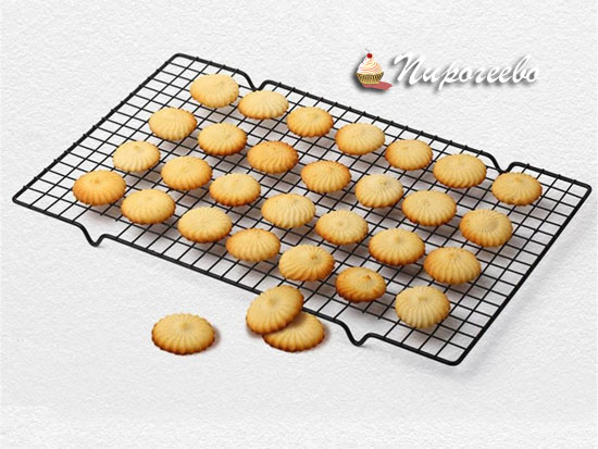 Остужаем печенье на решетке