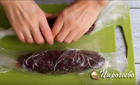 Формируем колбаски из шоколадной массы
