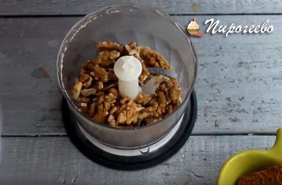 Грецкие орехи тоже измельчаем в блендере