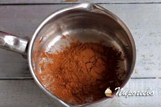 Высыпаем порошок какао в сотейник
