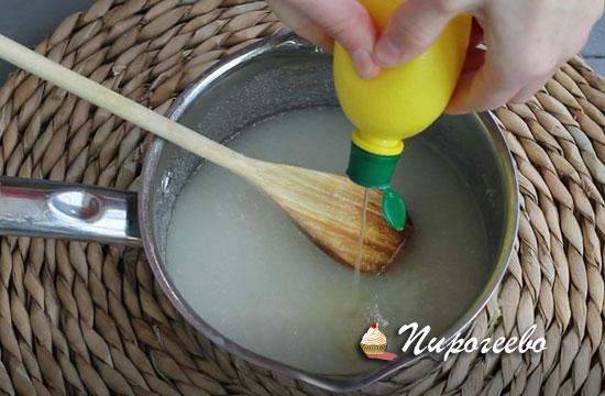 Добавляем сок лимона в сотейник