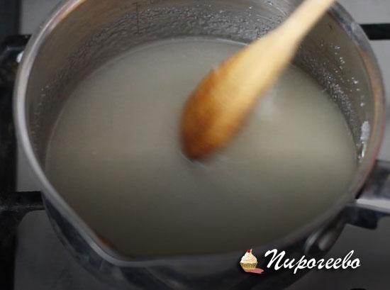 При постоянном помешивании доводим сахарную смесь до кипения