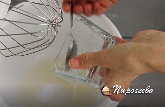 Выливаем желатин в миску для взбивания