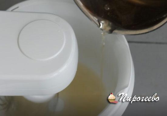 В эту же миску добавляем тонкой струйкой сахарный сироп