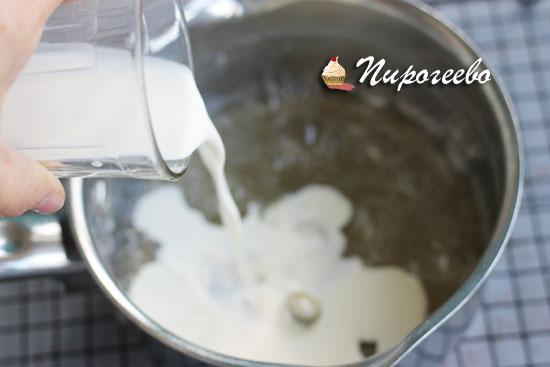 Добавляем горячие сливки в карамель