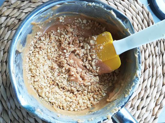 Добавляем в смесь измельченные орешки