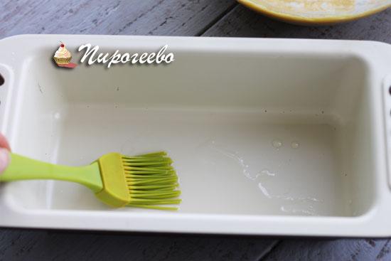 Смазываем форму растительным маслом