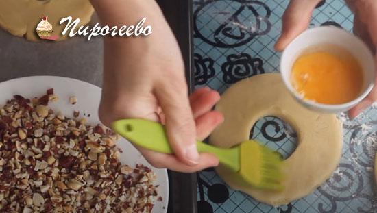 Покрываем каждую заготовку яичным желтком