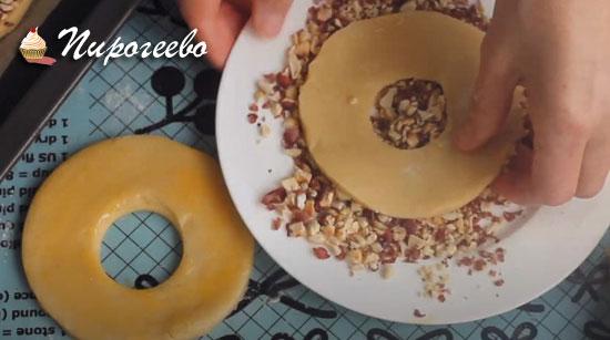 Обмакиваем каждое печенье в ореховую посыпку