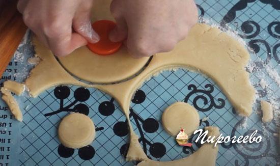 Формируем печенье с отверстием внутри
