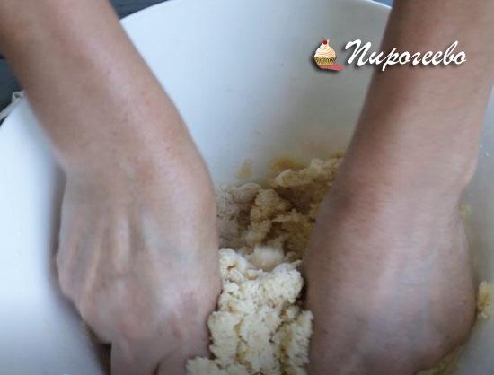 Замешиваем тесто руками