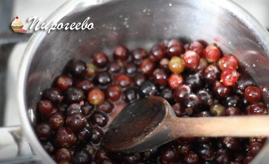 Придавливаем ягоды ко дну сотейника