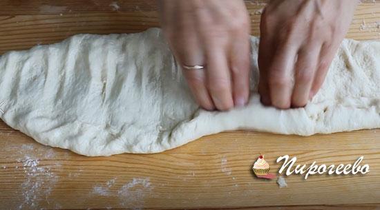 Подкручиваем тесто в виде багета