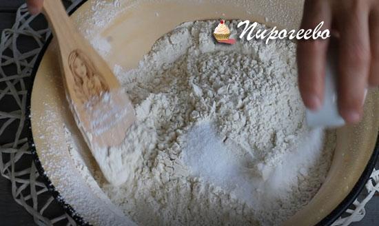 Отправляем в миску соль