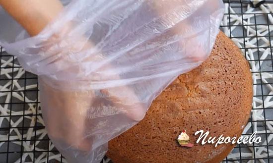 Оборачиваем пищевой пленкой и убираем в холодильник
