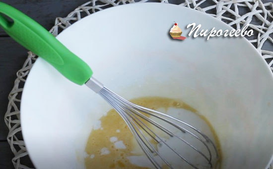 Смешиваем яйца и йогурт