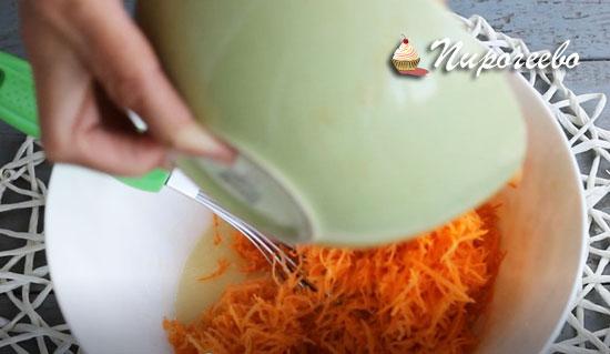Добавляем морковь, натертую на терке