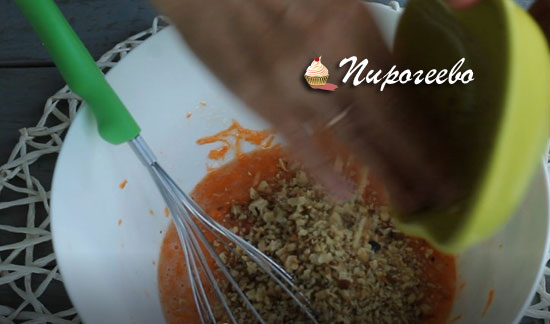Добавляем грецкие орехи в тесто